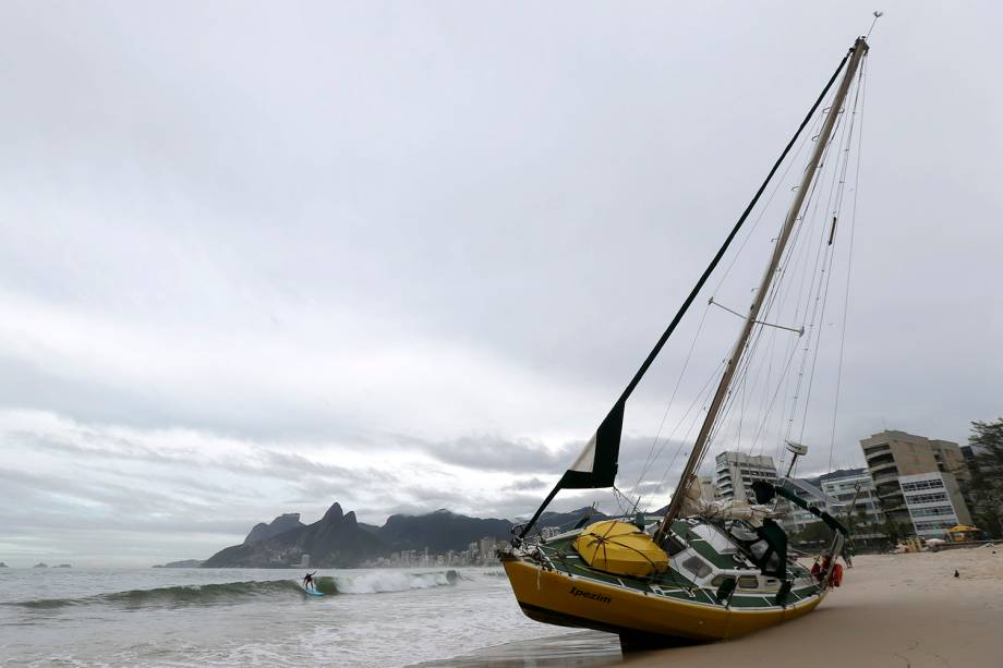 Um veleiro encalhado é visto na praia do Arpoador depois das fortes chuvas no Rio de Janeiro - 07/02/2019