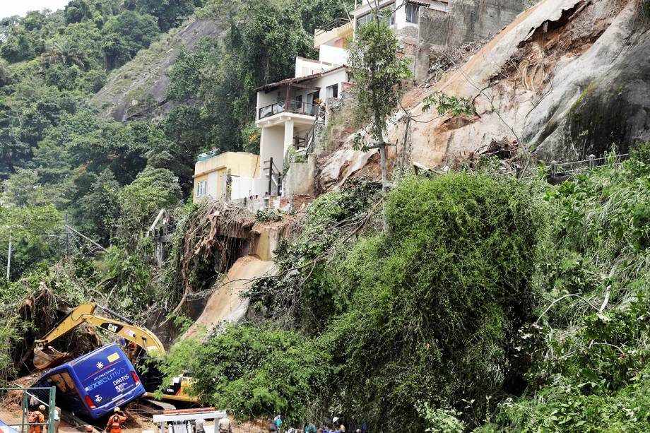 Bombeiros procuram possíveis vítimas dentro de ônibus, atingido por deslizamento de terra, após forte temporal no Rio de Janeiro (RJ) - 07/02/2019