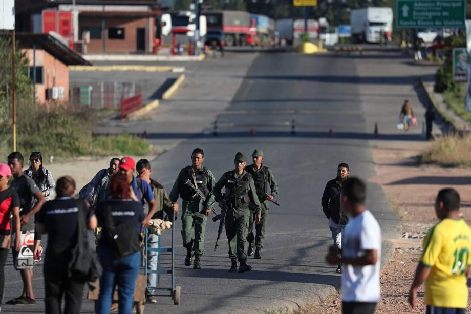 Soldados venezuelanos afastam pessoas que queriam atravessar a fronteira de Brasil e Venezuela no município de Pacaraima, em Roraima - 22/02/2019