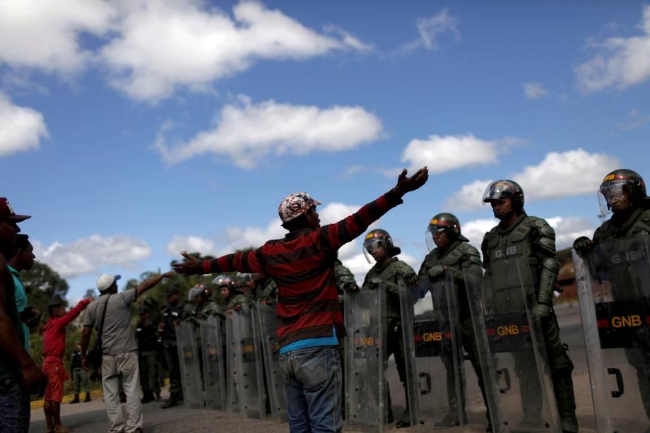 Moradores locais conversam com militares venezuelanos na fronteira com o Brasil, em Pacaraima (RR)- 22/02/2019