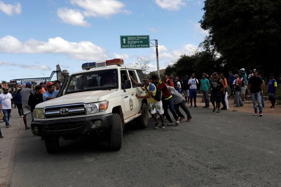 Ambulância é assistida durante confrontos na região de Pacaraima (RR), após o fechamento da fronteira que liga o Brasil e a Venezuela- 22/02/2019