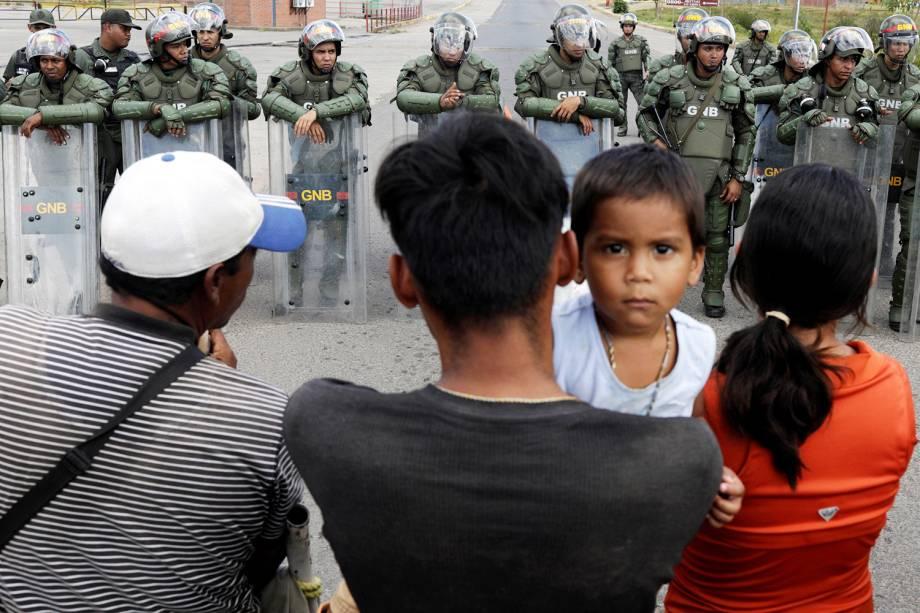 Pessoas aguardam para atravessar fronteira entre o Brasil e a Venezuela, na região de Pacaraima (RR), após o presidente venezuelano Nicolás Maduro determinar o fechamento da fronteira - 22/02/2019