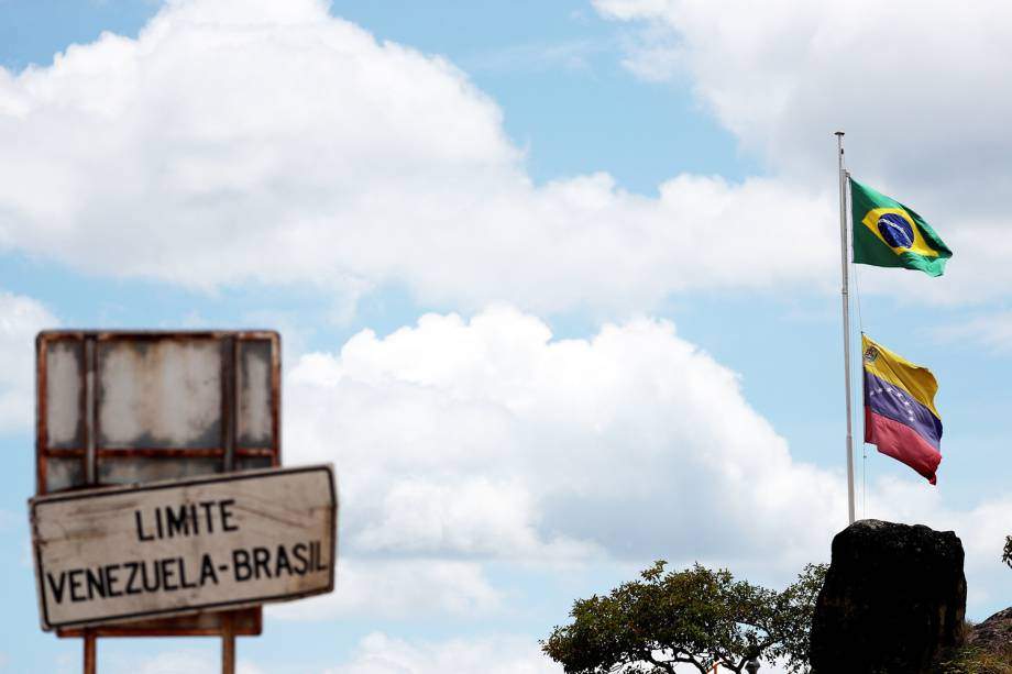Bandeiras do Brasil e da Venezuela são vistas próximas da fronteira entre os dois países, na região de Pacaraima (RR) - 22/02/2019