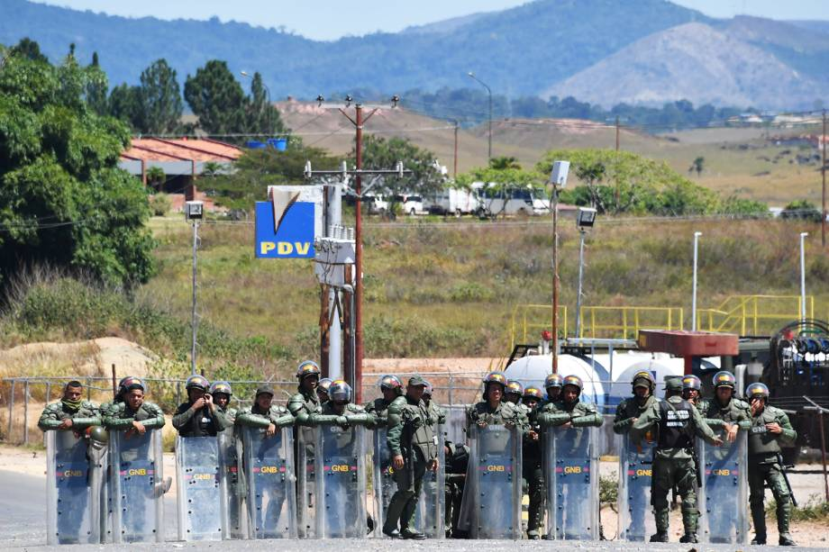 Membros da Guarda Nacional Bolivariana fazem patrulha na fronteira entre o Brasil e a Venezuela, na região de Pacaraima (RR) - 25/02/2019