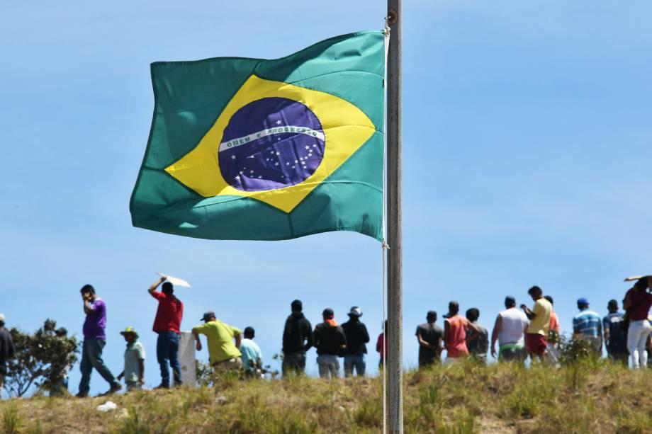 Bandeira brasileira é vista na fronteira com a Venezuela, na região de Pacaraima (RR) - 25/02/2019
