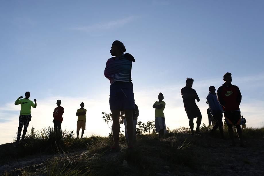 Venezuelanos são vistos na fronteira com o Brasil, na região de Pacaraima (RR) - 25/02/2019