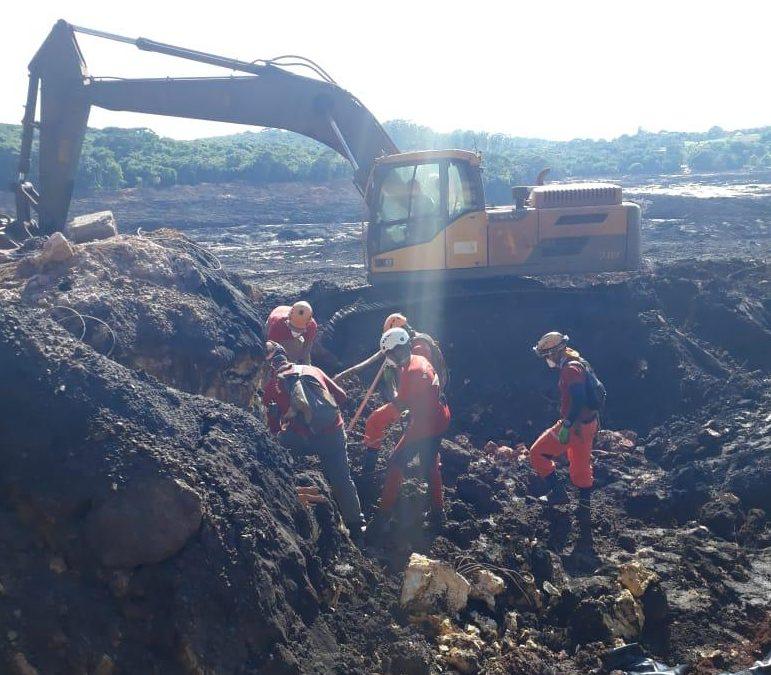 Bombeiros trabalham com a ajuda de uma escavadeira anfíbia nos destroços de Brumadinho (MG)