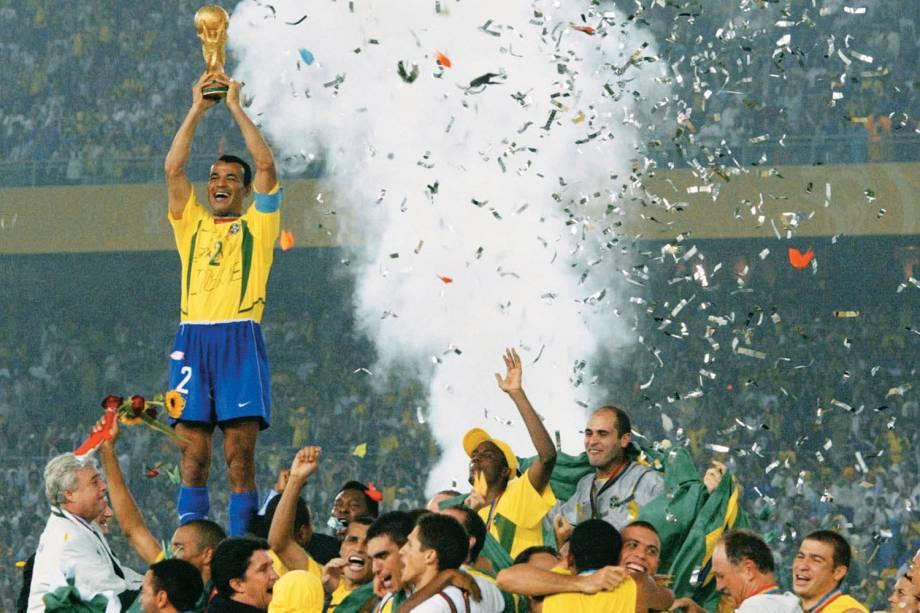 Cafu, capitão do Brasil, ergue a taça da Fifa, após vitória no jogo contra a Alemanha na final da Copa do Mundo de 2002, no Estádio de Yokohama