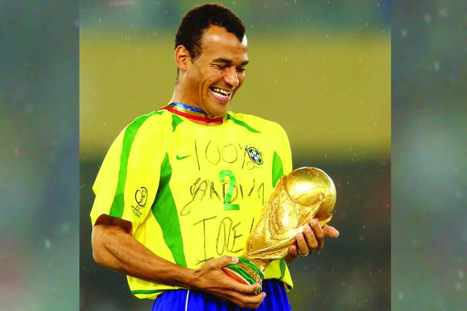 Cafu, capitão do Brasil, ergue a Taça da Fifa, após vitória no jogo contra a Alemanha na final do torneio mundial, no Estádio de Yokohama - 30/06/2002