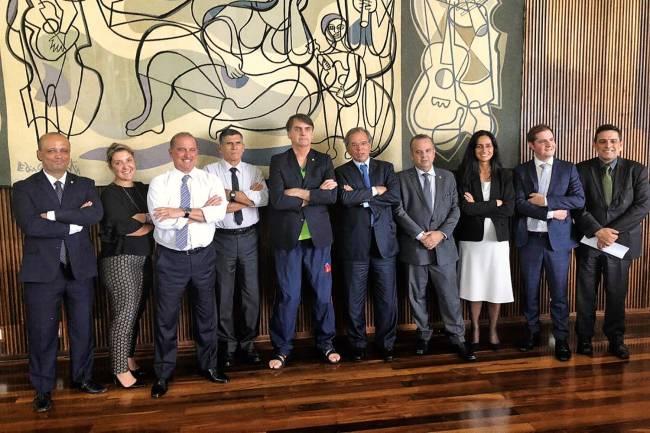 SEM ESTILO - Bolsonaro, cercado de ministros e auxiliares, com a camiseta pirata do Palmeiras e chinelos