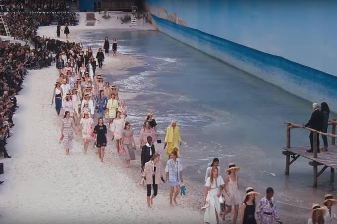 Num dos últimos desfiles organizados por Karl Lagerfeld, a Chanel montou uma praia dentro do Grand Palais em Paris
