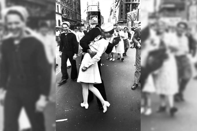 Beijo entre George Mendonsa e  Greta Zimmer Friedman