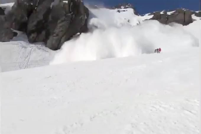 Vídeo mostra momento que avalanche atinge estação de esqui na Suíça