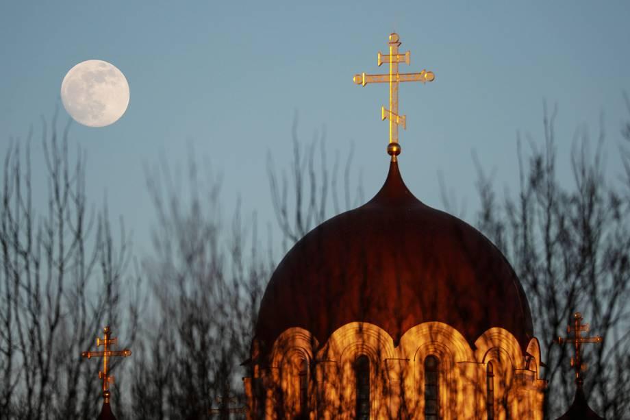Superlua é vista sobre igreja ortodoxa em Minsk, na Bielorrússia - 18/02/2019