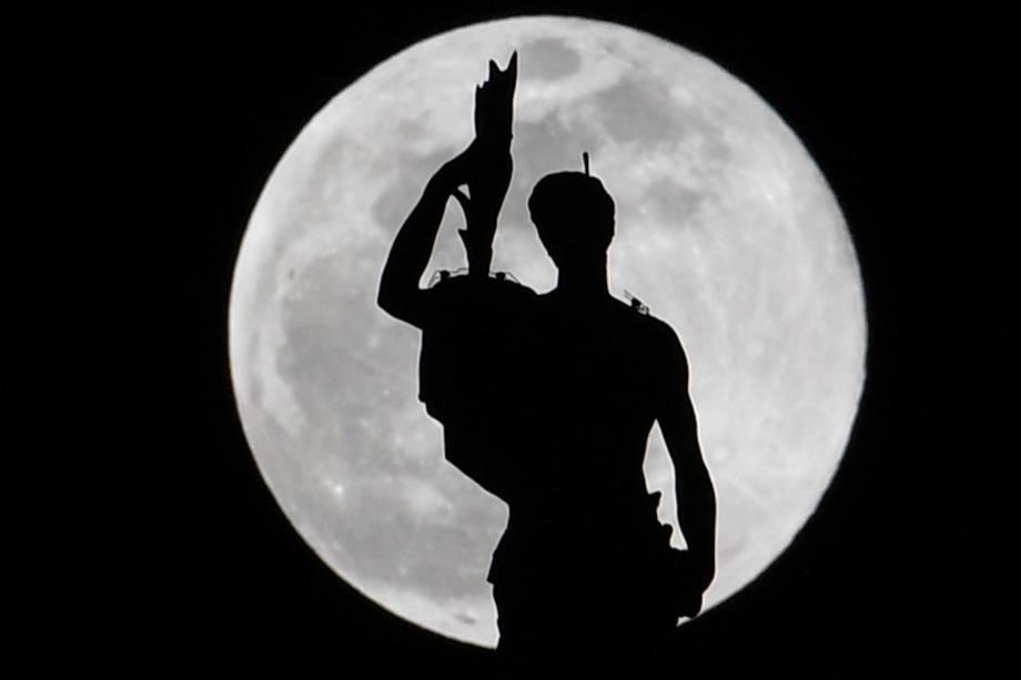 Superlua é fotografada sobre estátua localizada na Catedral de Milão, na Itália - 19/02/2019