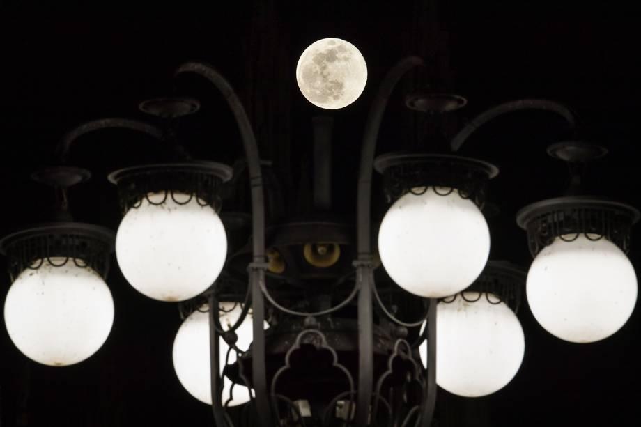 Superlua é fotografada entre luzes na Piazza del Duomo - praça localizada em Milão, na Itália - 19/02/2019