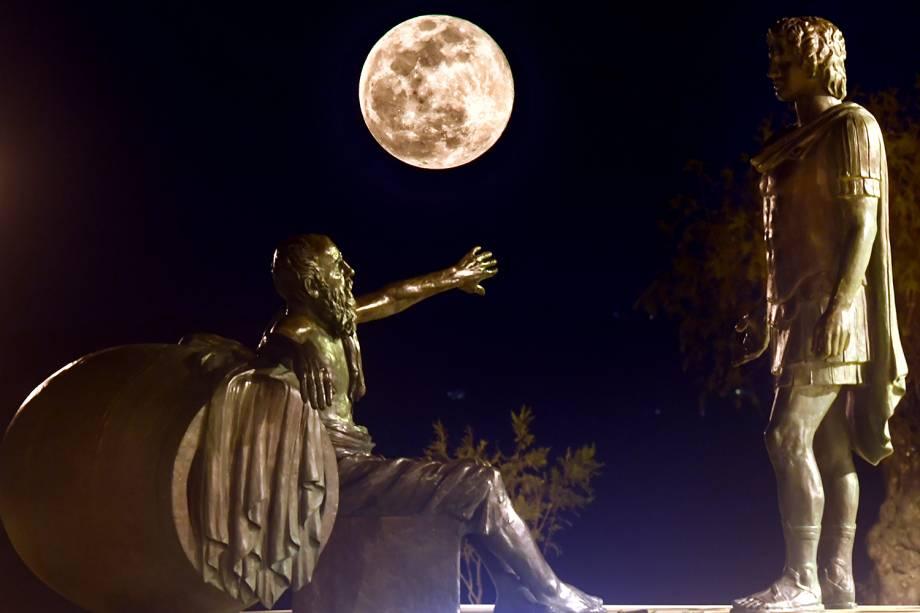 Superlua é vista entre as estátuas de Alexandre, o Grande (dir) e Diógenes de Sinope (esq), na cidade de Corinto, localizada a 83 quilômetros de Atenas, na Grécia - 19/02/2019