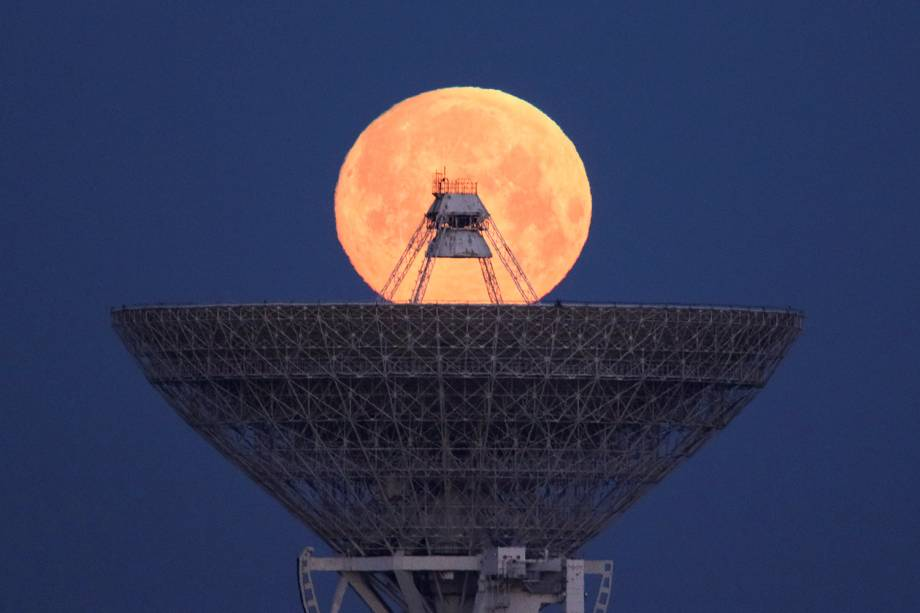 Lua é fotografada entre um radiotelescópio, no vilarejo de Molochnoye, localizado na Crimeia - 19/02/2019