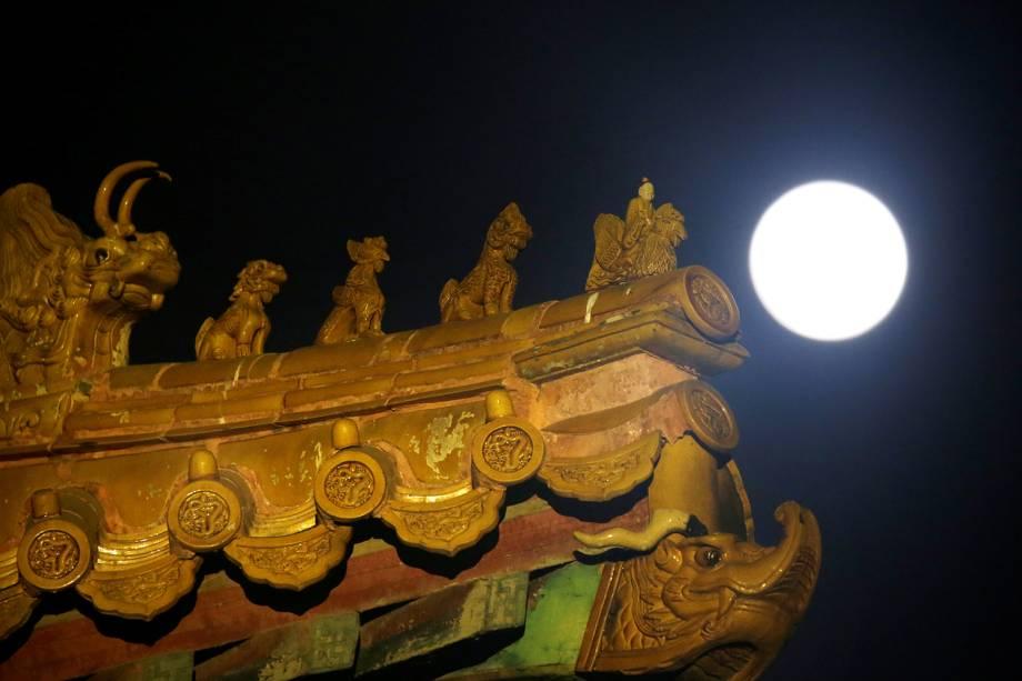 Decoração em telhado é vista próximo de superlua, em Pequim, capital da China - 19/02/2019