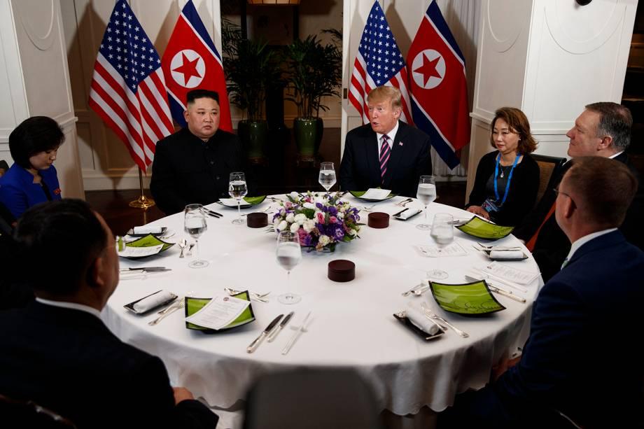 O líder norte-coreano Kim Jong-un e o presidente dos EUA Donald Trump conversam durante o jantar no Hotel Metropole, em Hanói, no Vietnã. À direita de Trump estão Mick Mulvaney, Chefe de Gabinete da Casa Branca, o Secretário de Estado Mike Pompeo e o intérprete. Do lado de Kim, o ministro norte-coreano dos Negócios Estrangeiros, Ri Yong Ho e o intérprete - 27/02/2019