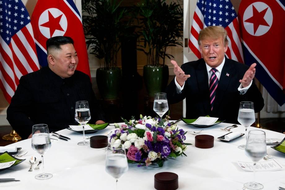 O líder norte-coreano Kim Jong-un e o presidente dos EUA Donald Trump conversam durante o jantar no Hotel Metropole, em Hanói, no Vietnã - 27/02/2019