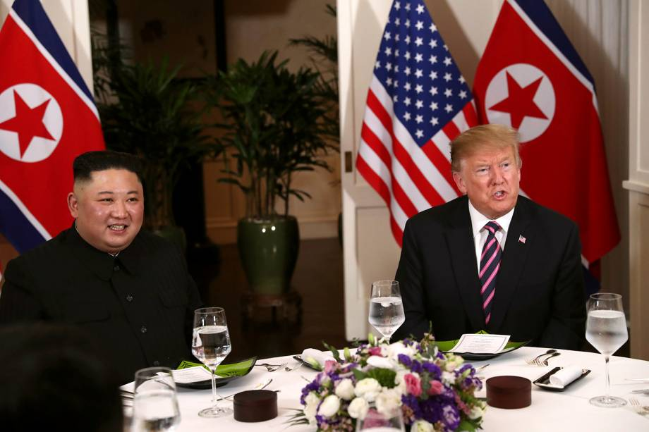 O líder norte-coreano Kim Jong-un e o presidente dos EUA Donald Trump se sentam para o jantar no Hotel Metropole, em Hanói, no Vietnã - 27/02/2019