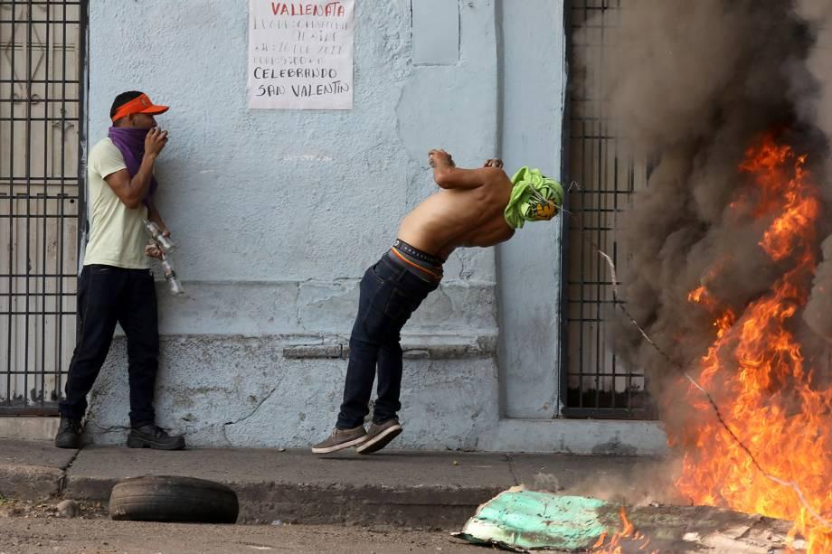 Manifestante se choca com arame farpado durante confronto com as forças de segurança em Ureña, Venezuela - 23/02/2019