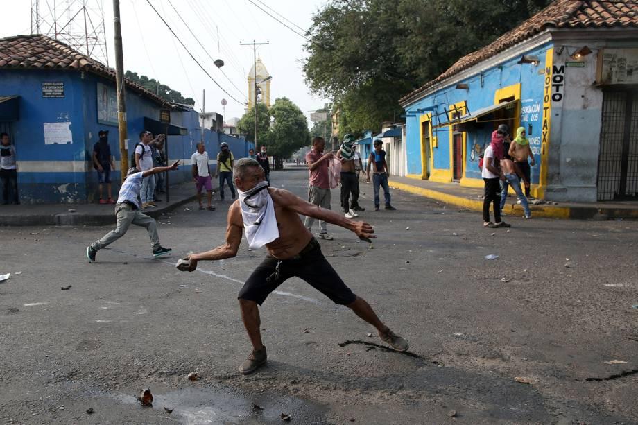 Manifestantes entram em confronto com as forças de segurança em Ureña, Venezuela - 23/02/2019