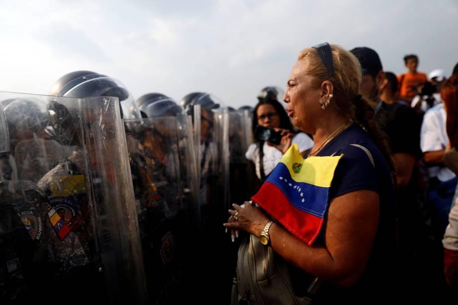 Apoiadores da oposição venezuelana exigem atravessar a fronteira entre a Colômbia e a Venezuela - 23/02/2019