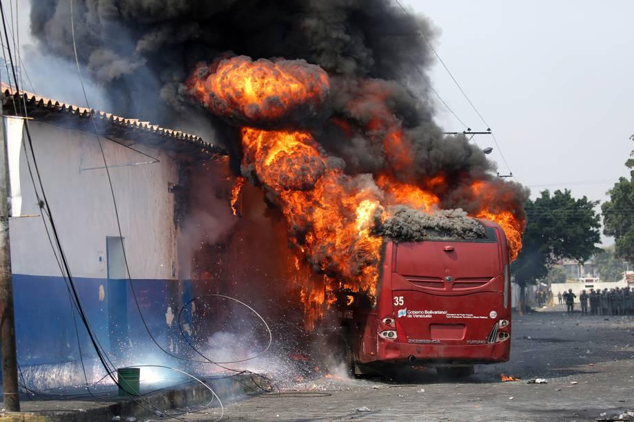 Manifestantes incendeiam ônibus durante confronto com as forças de segurança em Ureña, Venezuela - 23/02/2019