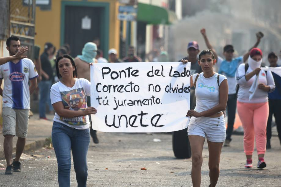 Venezuelanas exibem faixa durante protesto em Ureña, Venezuela - 23/02/2019