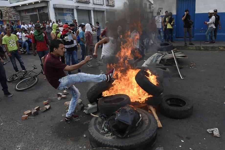 Venezuelanos entram em confronto com a guarda nacional durante protesto em Ureña, Venezuela - 23/02/2019