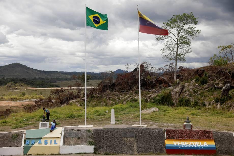 Crianças são vistas na fronteira entre o Brasil e a Venezuela, na região de Pacaraima (RR) - 21/02/2019