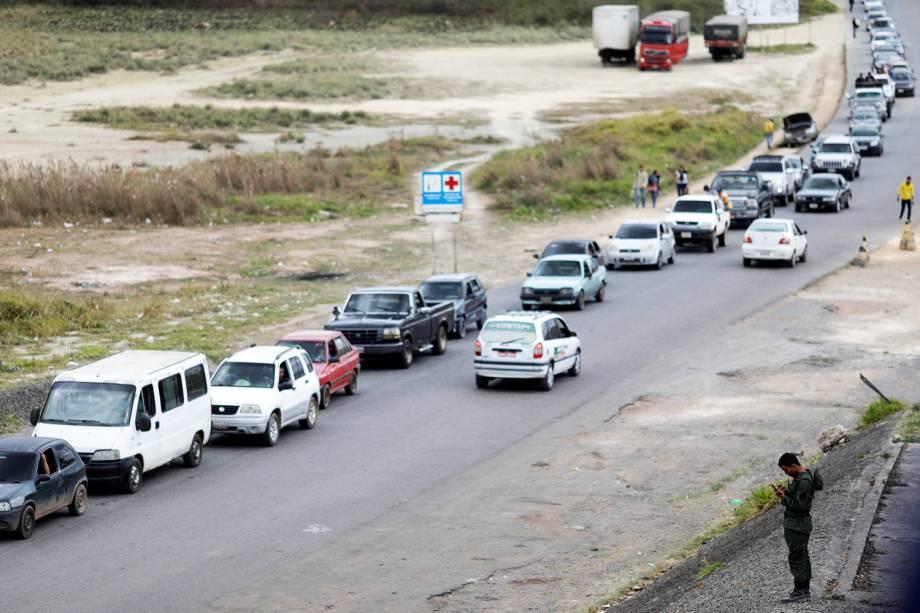 Congestionamento de veículos após fechamento da fronteira que liga o Brasil e a Venezuela, na região de Pacaraima (RR) - 21/02/2019