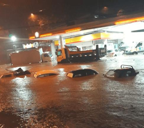 Imagem compartilhada nas redes sociais mostra carros submersos durante temporal no Rio de Janeiro