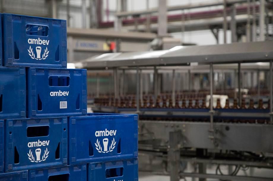 Linha de produção de fábrica da Ambev em Jaguariúna, em São Paulo