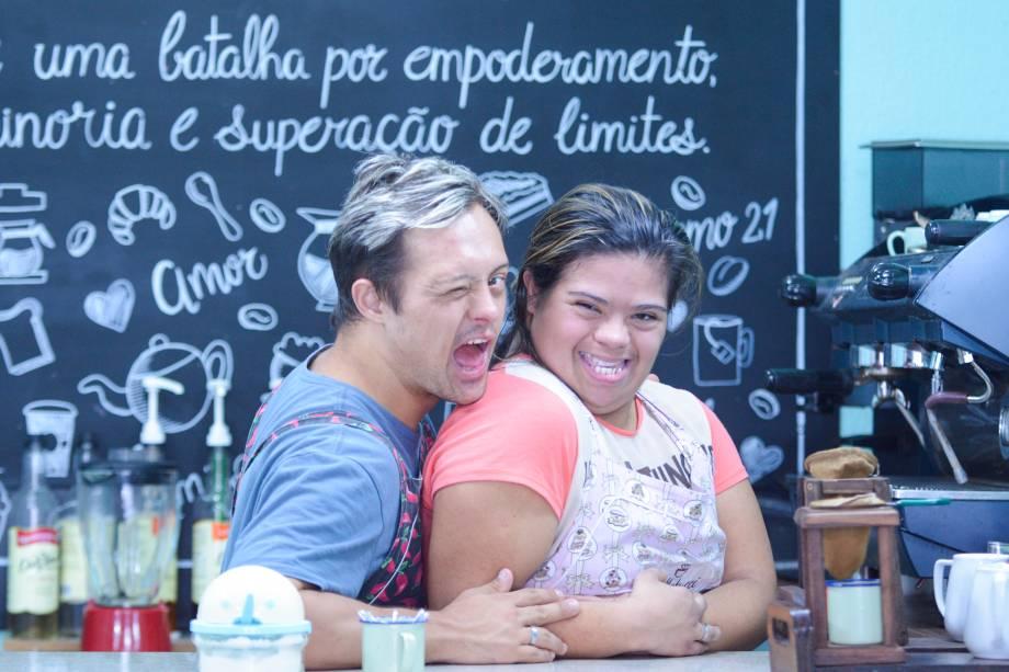 """<span style=""""font-weight:400;"""">Jéssica Pereira, proprietária do Bellatucci Café, e Philipp</span><span style=""""font-weight:400;"""">e Minutelli, trabalhador com síndrome de Down</span>"""