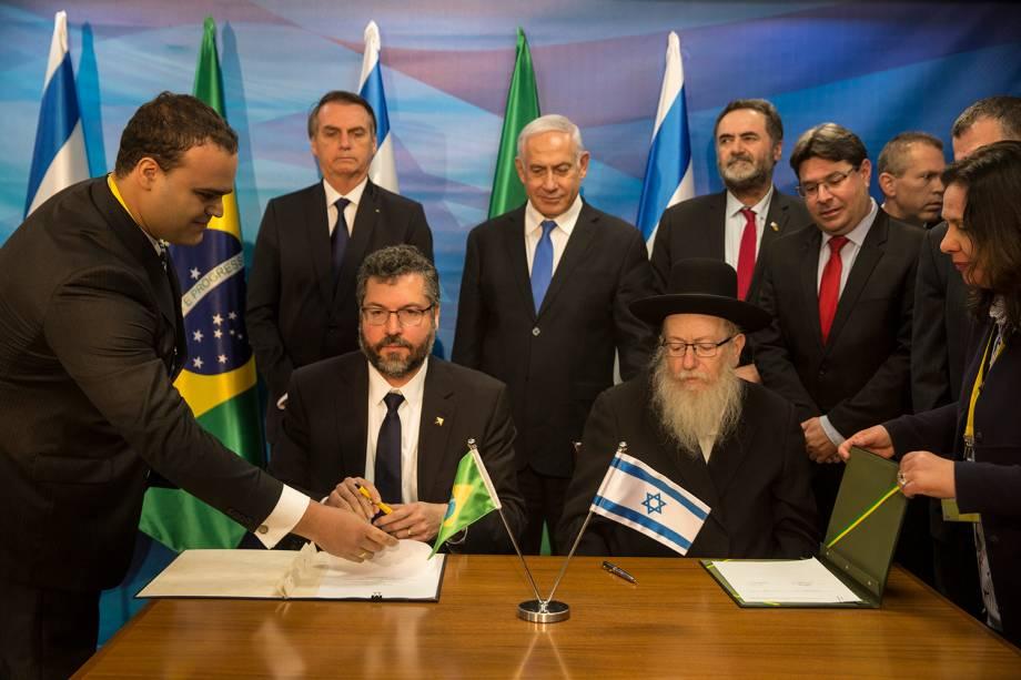 Jair Bolsonaro e Benjamin Netanyahu assistem à assinatura de acordos bilaterais no escritório de Netanyahu em Jerusalém - 31/03/2019