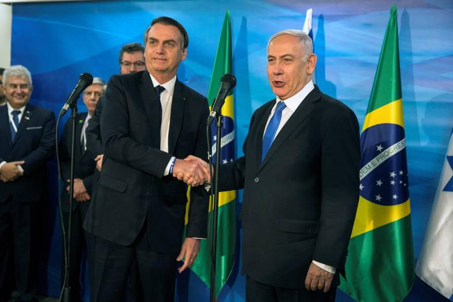 Benjamin Netanyahu e Jair Bolsonaro apertam as mãos após anunciarem um escritório brasileiro em Jerusalém - 31/03/2019