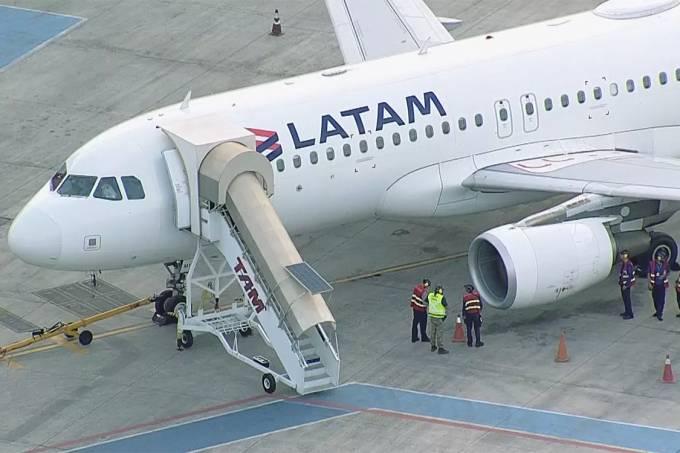 Avião da Latam faz pouso de emergência após um pássaro ter entrado na turbina