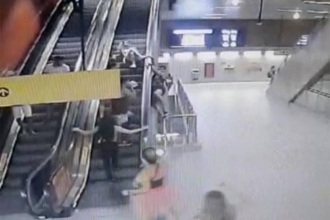 Homem cai de escada rolante