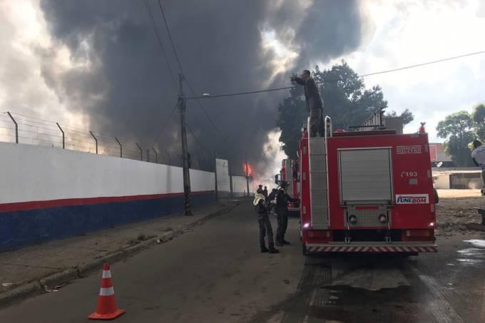 Incêndio em uma fábrica de colchões no bairro de Valéria, na Bahia
