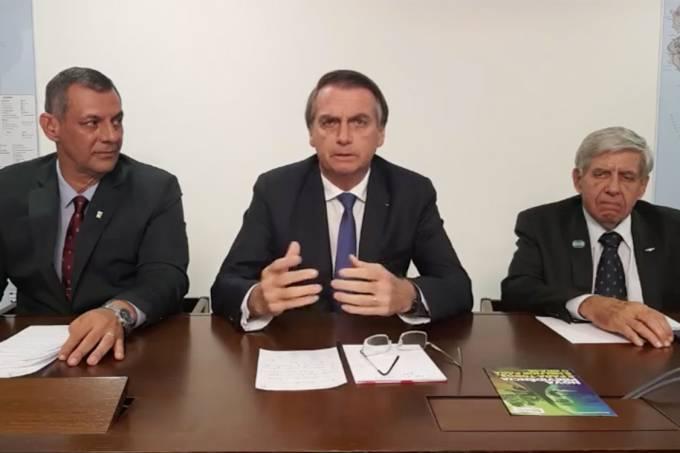Bolsonaro faz live junto de Augusto Heleno e Otávio do Rêgo Barros