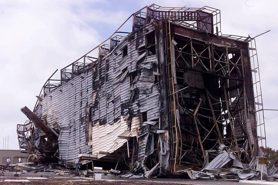 Destroços da plataforma onde se incendiou o foguete VLS-1 (Veículo Lançador de Satélites), na base de Alcântara (MA) - 25/08/2003