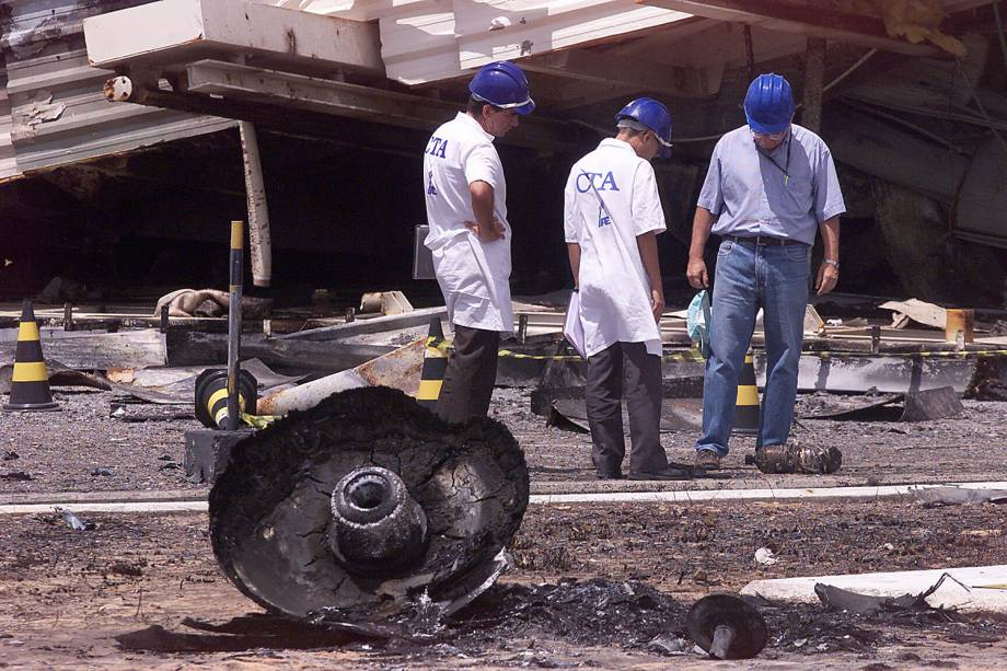 Funcionários do Centro Técnico Aerospacial fazem inspeção nos escombros da torre do foguete VLS-1 (Veículo Lançador de Satélites) incendiado em Alcântara (MA) - 25/08/2003