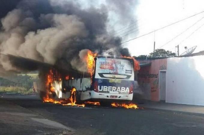 Ônibus incendiado em Uberaba