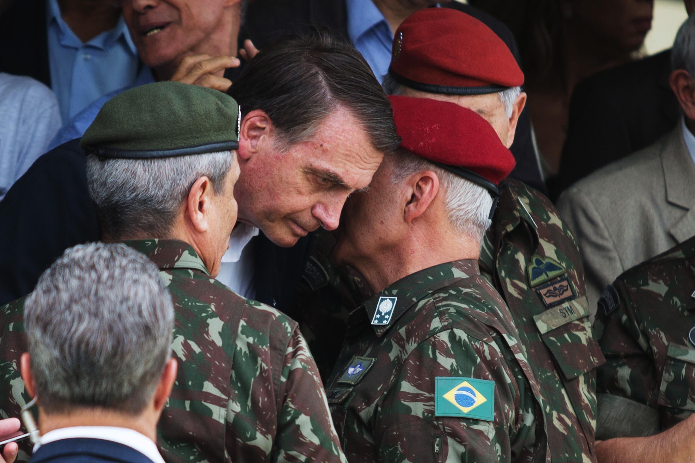 Bolsonaro afunda a imagem das forças armadas e das igrejas | VEJA