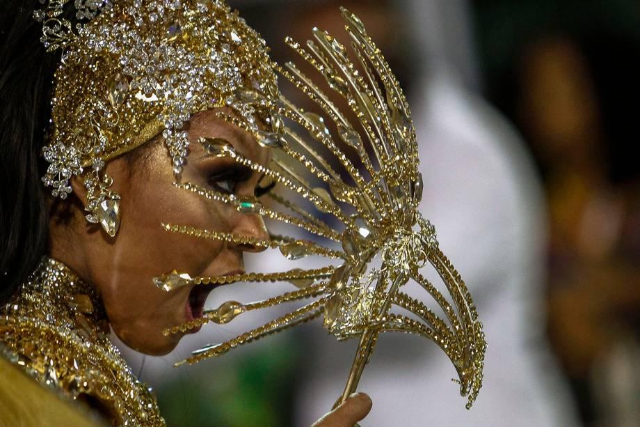 Dançarina da Unidos de Vila Maria desfila com uma máscara de pássaro no sambódromo do Anhembi, em São Paulo - 03/03/2019