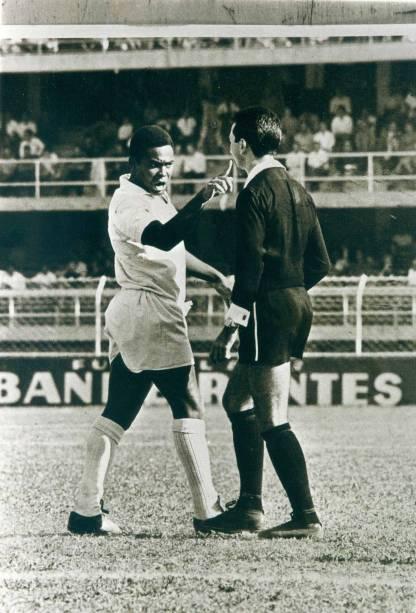Anos 1960 - O jogador Coutinho, do Santos Futebol Clube, aponta o dedo para o árbitro José T. de Carvalho durante partida entre Santos e Portuguesa no estádio de Vila Belmiro, em Santos