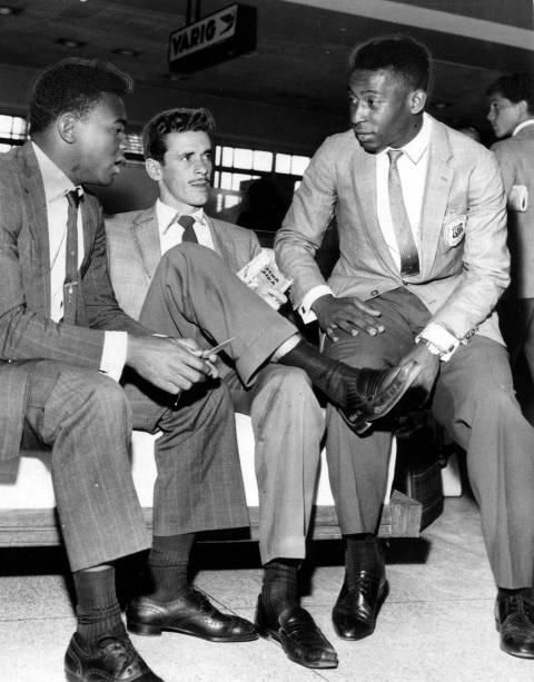 24 de agosto de 1961 - Da esq. para a dir., Coutinho, Getúlio e Pelé, jogadores do Santos, momentos antes do embarque no aeroporto de Congonhas, em São Paulo (SP), para Montevidéu, no Uruguai